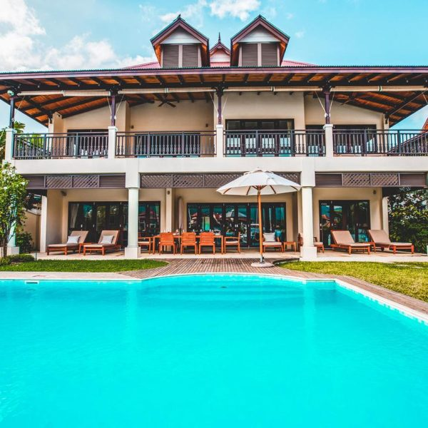 What are the basic characteristics of holiday rental villas?